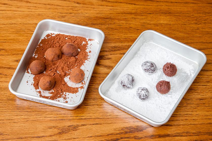 手で丸めて、半分量ずつココアパウダー、粉糖をまぶしてもう一度丸める