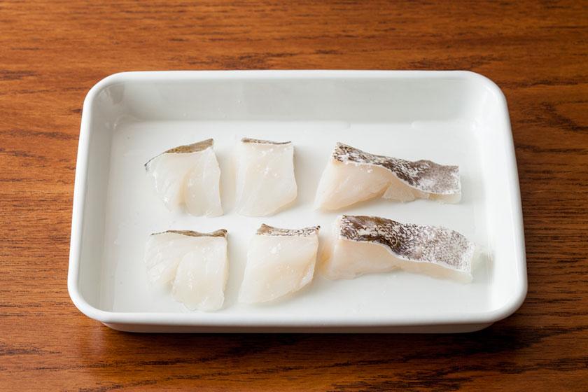 鱈は1切れを3等分にしてaで下味を付けて5分程置く