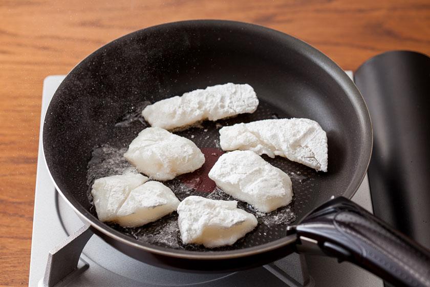 フライパンに油をひき熱し、鱈を皮目を下にして並べ中火で2分焼く