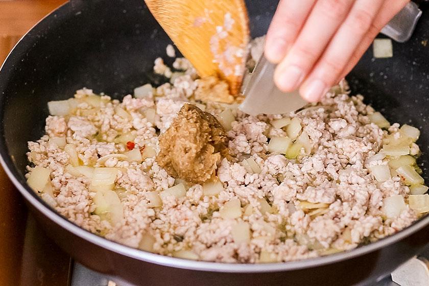 ガパオ 肉を炒める