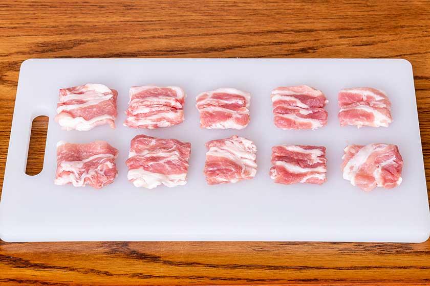 3cm角の正方形に切り重ねた豚バラ薄切り肉